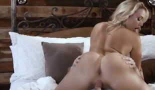 A blond that loves sucking weenie does just that on the bed